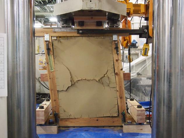 伝統的な小舞土壁の構造特性を確かめる実験の様子。水平方向に力を加え て破壊性状や抵抗力の大きさを測定している。[写真:山田宮土理]
