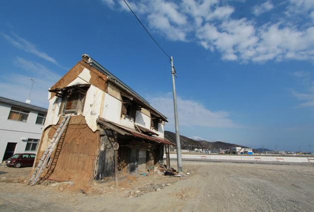 あたり一面、建物が失われるなか、土蔵だけが残っていた…… 被災地をまわった渡邉義孝さんは、そんな風景を多く目にしたという。 写真は宮城県石巻市。土壁が剥落して損傷しているように見えるが、 軸部は無傷である。写真 渡邉義孝